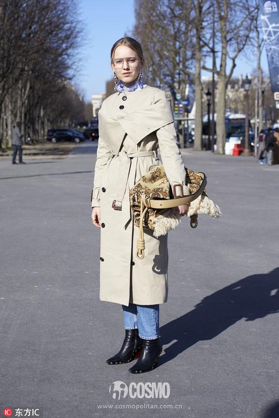 Alexandra Carl身着Freya Dalsjo风衣