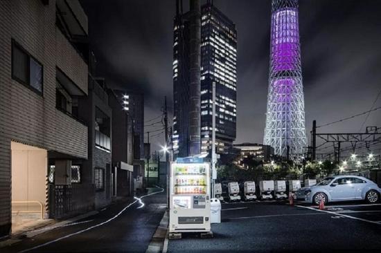 日本摄影师大桥英儿以自动贩卖机为主要拍摄对象的系列作品《路边之光》。