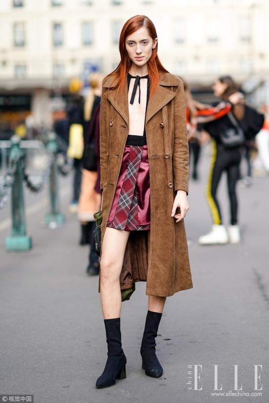 材质上的选择面也很广,还记得之前安利过今年流行的皮风衣,选择焦糖色能够平衡皮革的硬朗,增添一丝温柔和复古感。