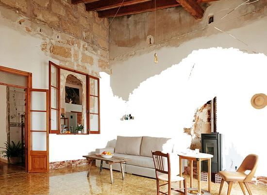 高高的天花板和敞开的窗户让自然光进入室内