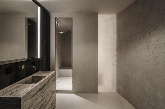 为了保持公寓的单色调设计,设计师保留了筒仓混凝土墙面,并将其裸露出来,以矿物绘画技术涂层,并对地板进行了微表层处理。