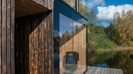 建筑师们意识到在森林旁的湖边建造房子会对环境造成破坏,于是,他们选择改造当地一个现有的木制码头, 用来建造桑拿室。