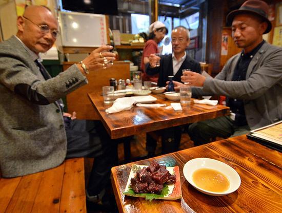 如今很多日本的中老年人都是吃着鲸肉长大的