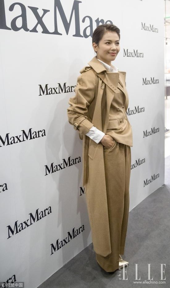 """张雨绮身穿Max Mara黑白条纹长外套,下配星星""""扫地裤""""。条纹与星星图案碰撞,眼花但不缭乱,不过分可爱反而气场十足。"""
