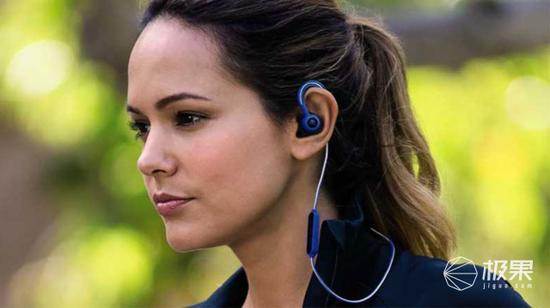 (1)耳挂式:通过在耳机侧边添加辅助悬挂,从而保证耳机在跑步过程中不易掉落,缺点是耳朵外侧会感觉比较束缚。