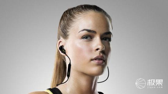 (3)左右相连入耳式:左右耳塞通过一根较短的线连接,优点是无论是头部还是颈部都毫