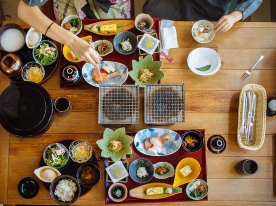 日本人的筷子是横放在餐桌上的,而中国人习惯竖着放。在韩国,有的寿司店把筷子横着摆放,而有的则是竖着摆。