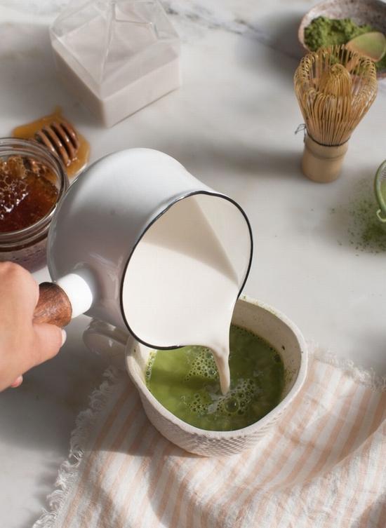 抹茶拿铁制作步骤 图片来源自acozykitchen.com