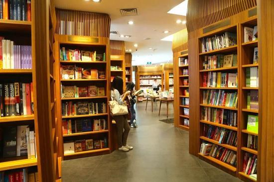 是从新加坡漂洋过海来的书店,店铺配色令人舒适,宜室宜家的感觉。
