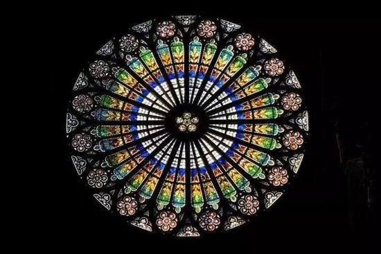 """设计复杂的欧洲""""花窗"""""""