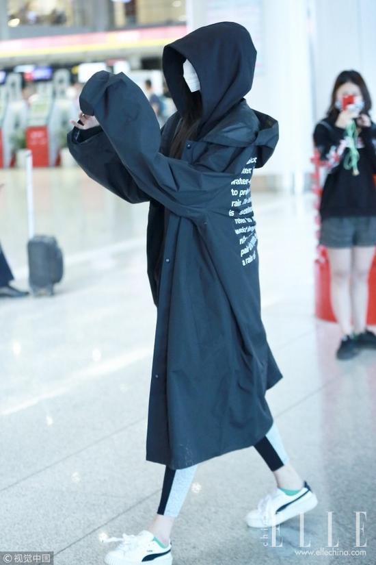 """10月22日,关晓彤一身黑现身北京机场,兜帽口罩全副武装,裹住温暖的同时也被人戏称可爱版""""摄魂怪""""。"""