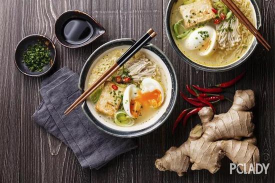 熊本拉面的特色,是以白浊浓厚的猪骨汤为基底,撒上大蒜切片,并采用中度粗细的面条为主流。