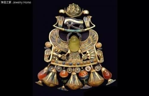 """圣甲虫形珠宝饰物在埃及法老图坦卡蒙的陪葬品中发现,随后被盗出,""""法老的诅咒""""也随之降临。"""