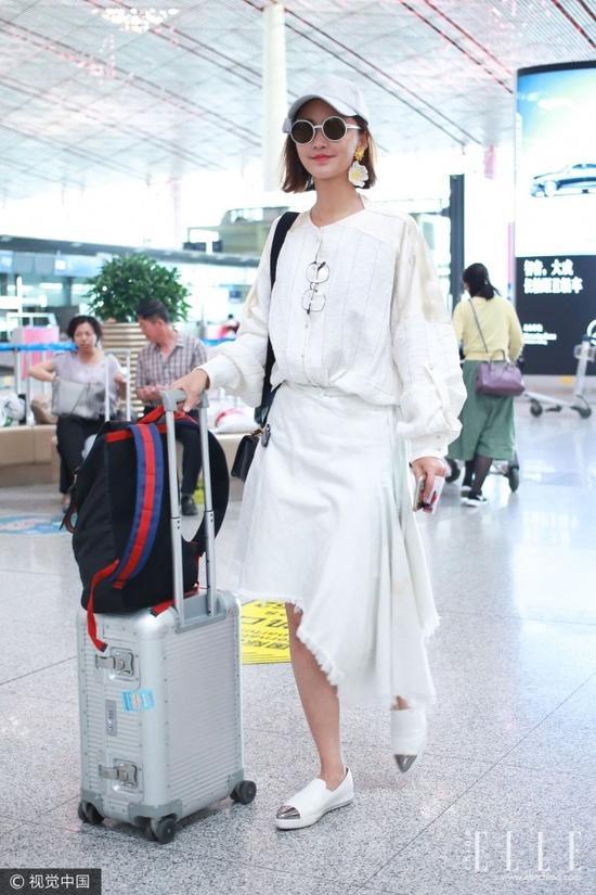 除了周冬雨,少女感十足的Irena Kim和张歆艺也把单边耳环戴上了身!时髦又可爱!