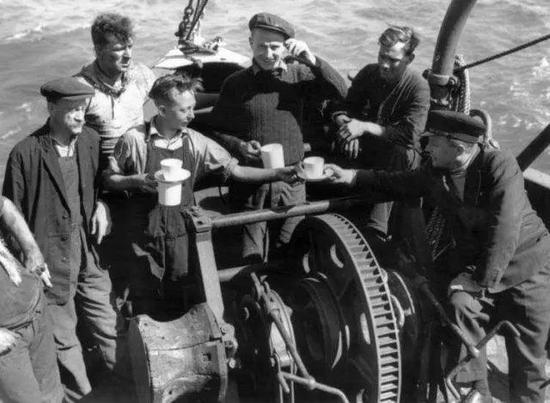 敦刻尔克撤退的一艘小船上,士兵在喝茶图@dirkdeklein.net
