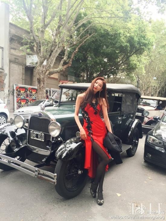 出席晚宴一席红色黑蕾丝高开叉小礼服,长发飘飘,明艳而又气场十足。