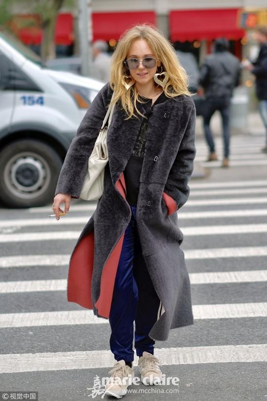 看着戚薇的羊羔毛大衣 我觉得冬天没那么冷了