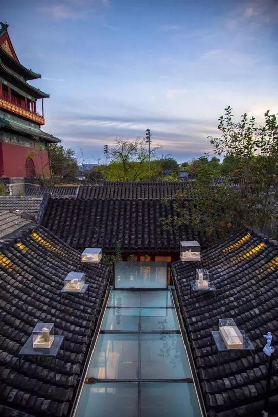 站在所处的楼顶,透过脚底的玻璃板往下看,还可以看到设计师们的工作空间。