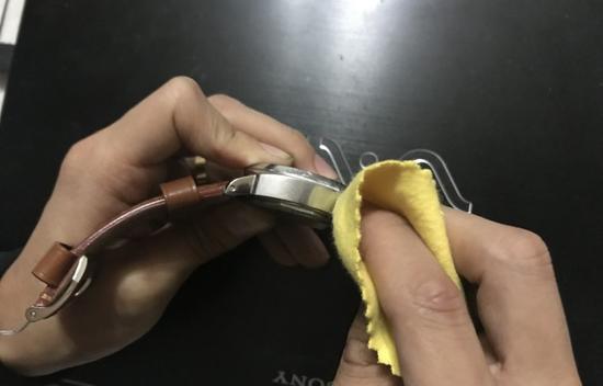 用抛光布擦一擦,然后表壳抛光的部分会很亮,划痕也就没有了。