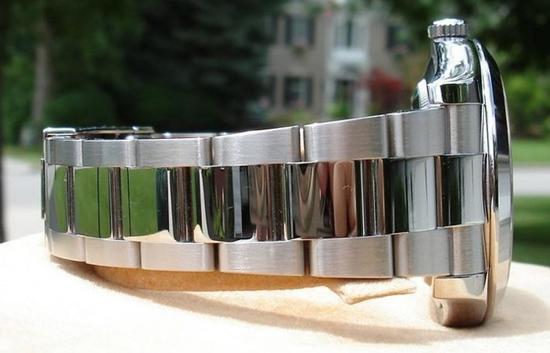 劳力士的表壳是由抛光和拉丝组成的,上图为114300,下图可以看到一些劳的表链中段抛光、两边拉丝(下图不是114300)。
