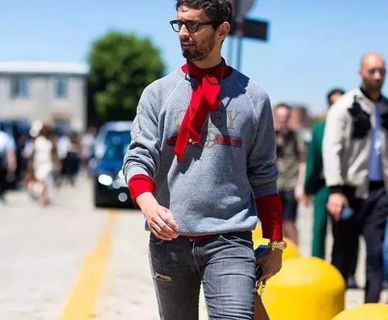 卫衣加背带裤也是一个不错的选择,潮流与学生范兼具。