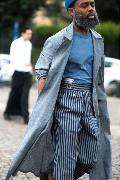另外条纹西裤还可以搭配短款的上衣,更轻便更显年轻活力。
