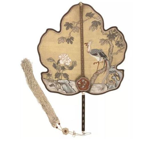 上图:(清)黄色缂丝凤梧牡丹图紫檀木刻寿字团扇