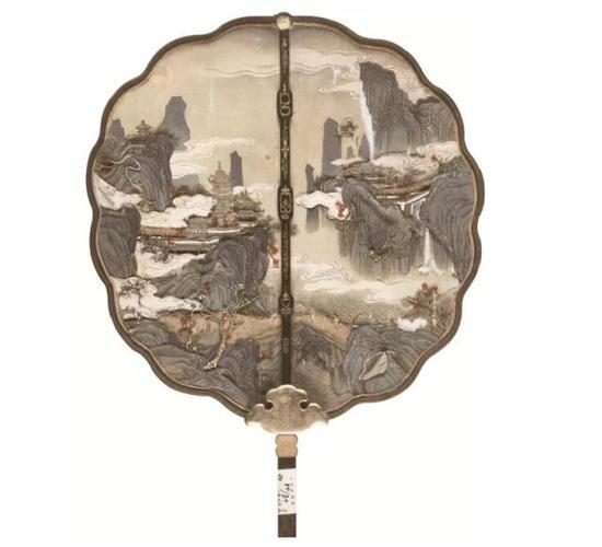 上圖:(清)綢粘緞山水樓臺圖木柄團扇