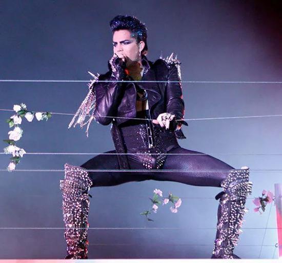 ▲ 穿着 Codpiece 在舞台上表演的美国歌手 Adam Lambert
