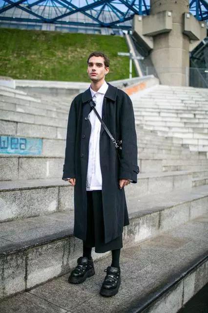 ▲ 经典的风衣外套,以利落的剪裁能增加沈稳帅气度