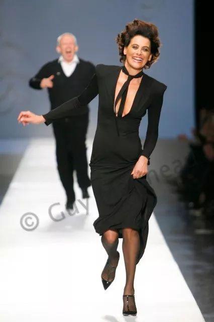 51 岁的伊娜,为 Jean Paul Gaultier走秀