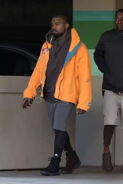 ▲ 潮流ICON Kanye West 着用The North Face 毛绒外套