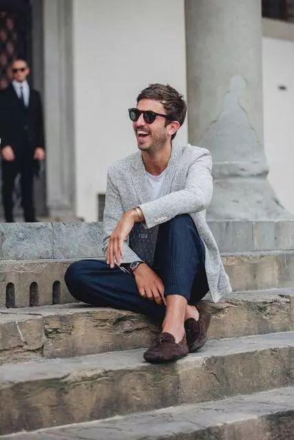 ▲ 以休闲风混搭像是T恤+九分裤等,瞬间诠释都会时髦魅力