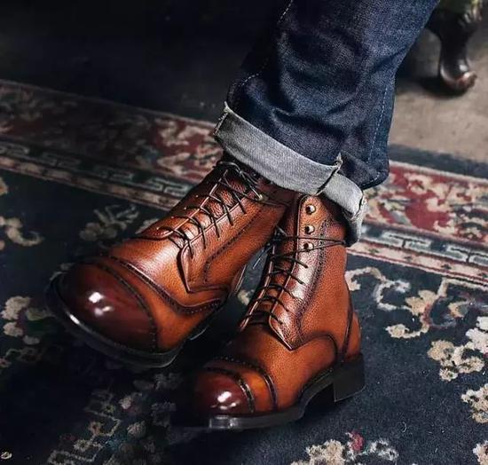 就像这双德比靴一样,如果在鞋面做了雕花洞口,也可以称为布洛克靴。