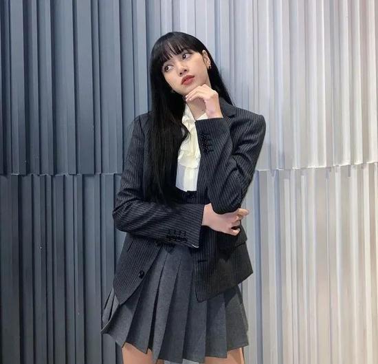 西服、马甲:CELINE  短裙:Chuu