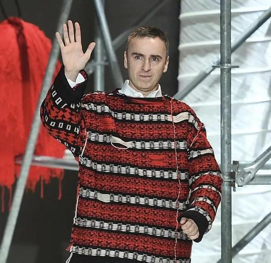 穿着这款毛衣的Raf Simons本人