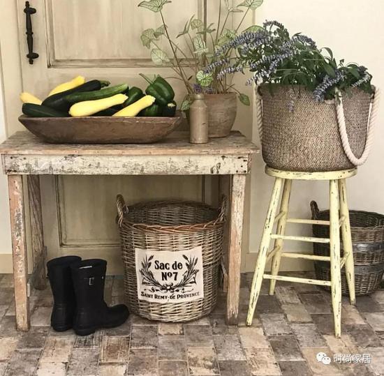 继续延伸想象力,你夏日出街的草编篮子,也可以是夏日家居的百搭单品。