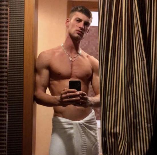 他是LV中意的少年 也是妖婆唐娜泰拉最喜欢的男模|Versace|LV|男模