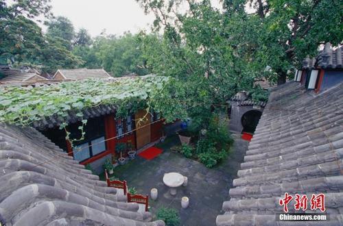 资料图:护国寺街的四合院。王文波 摄 图片来源:ctpphoto