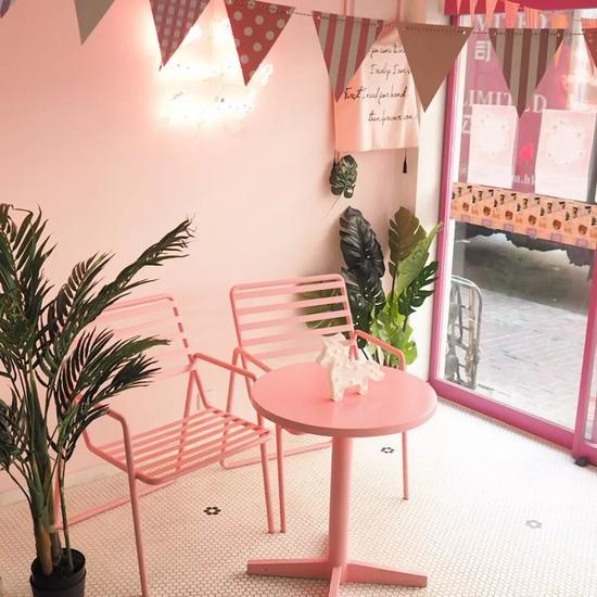 充满少女心的粉色系主题咖啡店,在香港真的不多见。