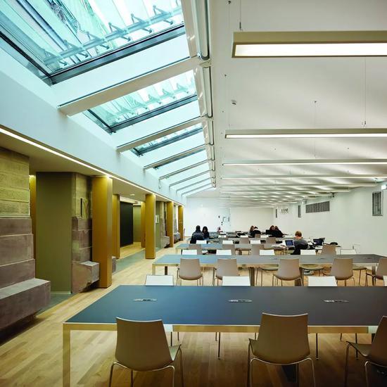 天花板上的斜开窗引入了自然光线,玻璃和钢材的运用也增加了图书馆的现代感