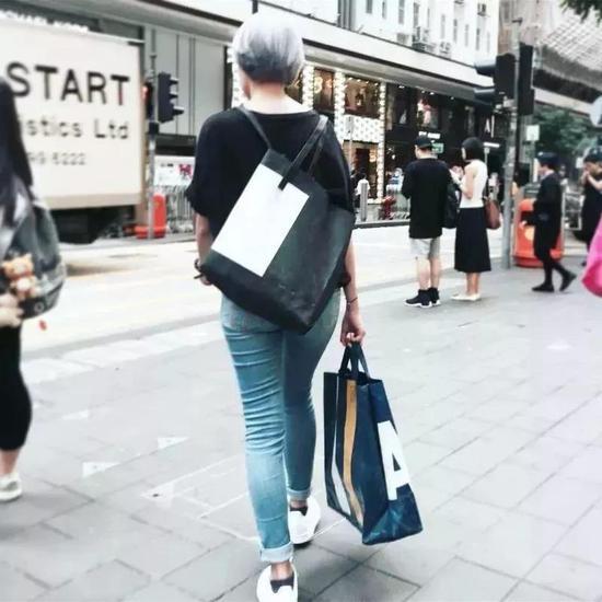 街头风格的单肩斜跨包