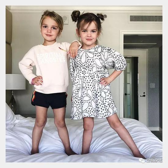 INS:@kcstauffer,Stauffer 家族的双胞胎女儿 Mila 和 Emma