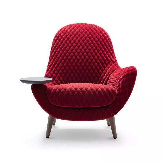 带有餐盘的扶手椅