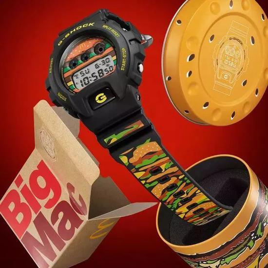 大胆的造型设计,并且将麦当劳logo,大m字融入到服装和包包设计中,在图片