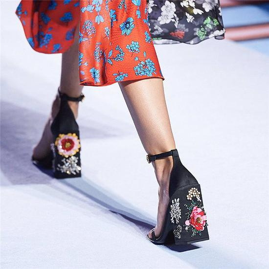Versace 2019年春夏系列印花高跟鞋 图片来源:Twitter