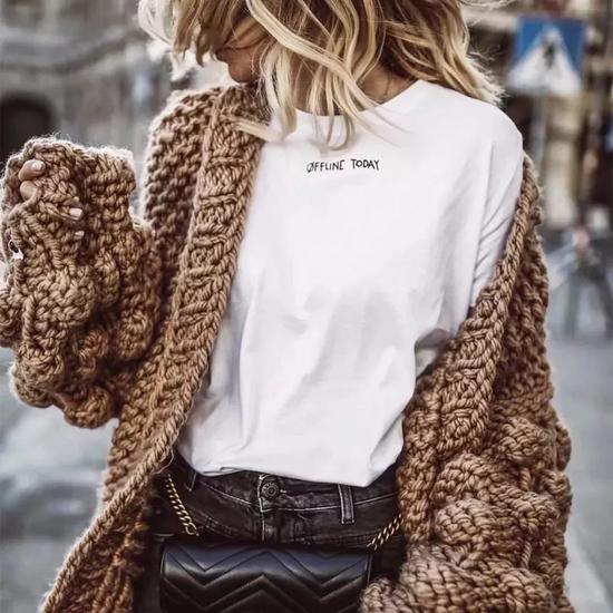 与字母T相搭配,还能保留针织衫日常出街的实穿性。