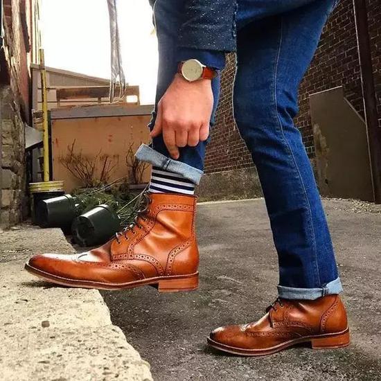 搭配牛仔夹克造型有一种粗犷感,这搭配也很适合年轻的时尚者。