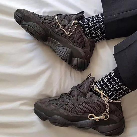 想要轻松穿出街头叛逆感,裤链+鞋带的组合值得一试!