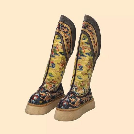 清光绪 明黄色缎绣云蝠金龙纹尖底靴